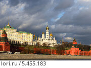 Черные тучи над Кремлевской стеной, Москва, Россия (2013 год). Стоковое фото, фотограф Валерия Попова / Фотобанк Лори