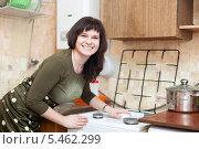 Купить «Счастливая домохозяйка очищает газовую плиту меламиновой губкой», фото № 5462299, снято 27 января 2013 г. (c) Яков Филимонов / Фотобанк Лори