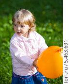 Купить «Девочка играет с воздушным шариком», фото № 5463691, снято 29 августа 2009 г. (c) Станислав Фридкин / Фотобанк Лори