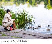 Купить «Мама с дочерью кормят уток у водоема», фото № 5463699, снято 29 августа 2009 г. (c) Станислав Фридкин / Фотобанк Лори