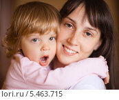 Купить «Маленькая девочка на руках у матери, портрет крупным планом», фото № 5463715, снято 15 октября 2009 г. (c) Станислав Фридкин / Фотобанк Лори