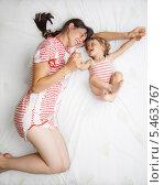 Купить «Мама с дочкой в кровати», фото № 5463767, снято 31 июля 2009 г. (c) Станислав Фридкин / Фотобанк Лори