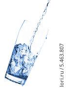 Купить «Вода льется в стакан на белом фоне», фото № 5463807, снято 22 июля 2009 г. (c) Станислав Фридкин / Фотобанк Лори