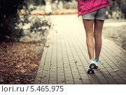 Купить «Женские ноги в кроссовках», фото № 5465975, снято 30 августа 2013 г. (c) Raev Denis / Фотобанк Лори