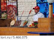 Купить «Повар-продавец за прилавком уличного кафе на ВВЦ в Москве», эксклюзивное фото № 5466075, снято 8 марта 2011 г. (c) lana1501 / Фотобанк Лори