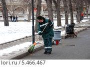 Купить «Дворник подметает мусор в Александровском саду в Москве», эксклюзивное фото № 5466467, снято 27 марта 2011 г. (c) lana1501 / Фотобанк Лори