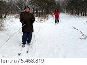 Купить «Пожилые женщины (пенсионерки) катаются на лыжах», фото № 5468819, снято 2 января 2014 г. (c) Жанна Коноплева / Фотобанк Лори