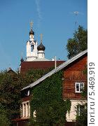 Купить «Фрагмент деревянного дома на фоне церкви Покрова Пресвятой Богородицы в Волоколамске», эксклюзивное фото № 5469919, снято 6 августа 2011 г. (c) lana1501 / Фотобанк Лори