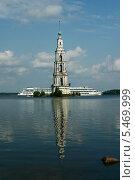 Крест из теплохода и колокольни. Угличское море, Калязин, Золотое кольцо, фото № 5469999, снято 18 августа 2006 г. (c) Борис Заманский / Фотобанк Лори