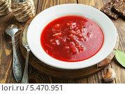 Купить «Вегетарианский борщ в белой тарелке на деревянном столе», фото № 5470951, снято 9 января 2014 г. (c) Надежда Мишкова / Фотобанк Лори