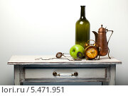 Натюрморт с яблоком и будильником. Стоковое фото, фотограф Сергей Белов / Фотобанк Лори