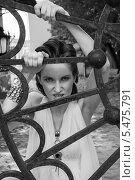 Купить «Девушка за решетчатыми воротами», фото № 5475791, снято 18 июля 2013 г. (c) Александра Орехова / Фотобанк Лори