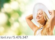 Купить «красивая блондинка в белой шляпе купается в солнечных лучах», фото № 5476347, снято 19 июня 2013 г. (c) Syda Productions / Фотобанк Лори