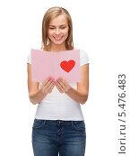 улыбающаяся блондинка читает открытку. Стоковое фото, фотограф Syda Productions / Фотобанк Лори