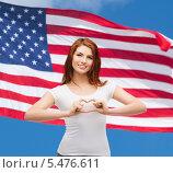 Купить «улыбающаяся девушка сложила из пальцев сердце на фоне американского флага», фото № 5476611, снято 27 ноября 2013 г. (c) Syda Productions / Фотобанк Лори