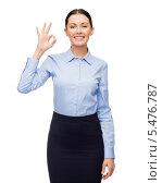 """Купить «улыбающаяся деловая девушка показывает знак """"все хорошо""""», фото № 5476787, снято 1 декабря 2013 г. (c) Syda Productions / Фотобанк Лори"""