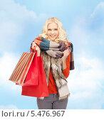 Купить «тепло одетая блондинка с пакетами покупок», фото № 5476967, снято 3 августа 2020 г. (c) Syda Productions / Фотобанк Лори