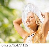 Купить «счастливая блондинка подставила лицо солнцу», фото № 5477135, снято 19 июня 2013 г. (c) Syda Productions / Фотобанк Лори