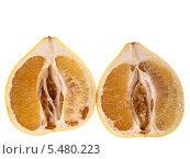 Половинки плода помело на белом фоне. Стоковое фото, фотограф Владимир Киликовский / Фотобанк Лори