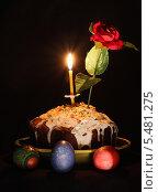 Пасхальный кулич с зажженной свечкой, яйцами и розой. Стоковое фото, фотограф Алексей Горбунов / Фотобанк Лори