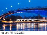 Великий Новгород. Пешеходный (Горбатый) мост через Волхов. Ночной вид (2014 год). Редакционное фото, фотограф Румянцева Наталия / Фотобанк Лори