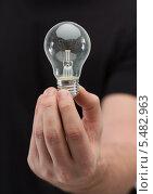 Купить «мужская рука держит электрическую лампочку», фото № 5482963, снято 14 ноября 2013 г. (c) Syda Productions / Фотобанк Лори