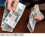 Купить «Парень подсчитывает российские деньги», эксклюзивное фото № 5484763, снято 10 января 2014 г. (c) Игорь Низов / Фотобанк Лори