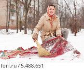 Купить «Женщина выбивает ковёр зимой на снегу», фото № 5488651, снято 5 декабря 2012 г. (c) Яков Филимонов / Фотобанк Лори