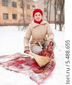 Купить «Женщина выбивает ковёр зимой на снегу», фото № 5488655, снято 5 декабря 2012 г. (c) Яков Филимонов / Фотобанк Лори