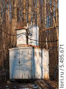 Купить «Трансформаторная будка на фоне леса», эксклюзивное фото № 5495671, снято 29 декабря 2013 г. (c) Игорь Низов / Фотобанк Лори