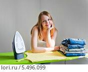 Купить «Счастливая девушка у гладильной доски», фото № 5496099, снято 14 августа 2013 г. (c) Валерия Потапова / Фотобанк Лори