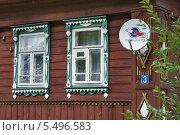 Купить «Антенна оператора спутникового телевидения на фасаде деревенского дома», эксклюзивное фото № 5496583, снято 2 сентября 2013 г. (c) Dmitry29 / Фотобанк Лори