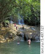 Туристы купаются на фоне водопада Сайок Ной (Sai Yok Waterfall). Национальный парк Сай Йок, Канчанабури, Королевство Таиланд (2013 год). Редакционное фото, фотограф Григорий Писоцкий / Фотобанк Лори