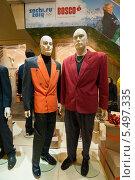 Купить «Манекены в малиновых пиджаках», фото № 5497335, снято 14 декабря 2013 г. (c) Константин Гуща / Фотобанк Лори