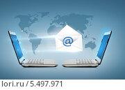 Купить «два ноутбука с электронным письмом между ними», фото № 5497971, снято 14 ноября 2013 г. (c) Syda Productions / Фотобанк Лори