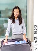 Купить «деловая девушка пакует вещи в чемодан в гостиничном номере», фото № 5498243, снято 23 ноября 2013 г. (c) Syda Productions / Фотобанк Лори