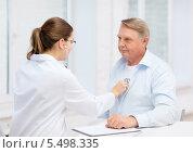 Купить «женщина-врач слушает работу сердца пожилого пациента», фото № 5498335, снято 12 октября 2013 г. (c) Syda Productions / Фотобанк Лори