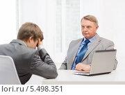 Купить «пожилой начальник отчитал молодого подчиненного у себя в кабинете», фото № 5498351, снято 12 октября 2013 г. (c) Syda Productions / Фотобанк Лори