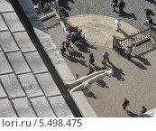 Виды Парижа. Водосток-химера. Вид с крыши на площадь (2010 год). Редакционное фото, фотограф Gribacheva Olesya / Фотобанк Лори