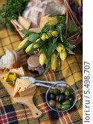 Желтые тюльпаны с продуктами для пикника. Стоковое фото, фотограф Виктория Чеканова / Фотобанк Лори