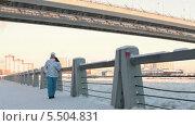 Купить «Девушка бежит по зимней набережной», видеоролик № 5504831, снято 21 января 2014 г. (c) Кекяляйнен Андрей / Фотобанк Лори