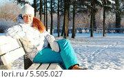 Купить «Радостная девушка сидит на скамейке в зимнем парке», видеоролик № 5505027, снято 20 января 2014 г. (c) Кекяляйнен Андрей / Фотобанк Лори