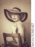 Купить «Девушка в платье и в шляпе на стуле», фото № 5505427, снято 5 августа 2013 г. (c) Светлана Голубкова / Фотобанк Лори