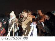 Купить «Балашихинцы стоят в очереди к Крещенской купели», эксклюзивное фото № 5507799, снято 18 января 2014 г. (c) Дмитрий Неумоин / Фотобанк Лори
