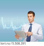 Купить «бизнесмен сосредоточенно работает с планшетным компьютером», фото № 5508391, снято 12 сентября 2013 г. (c) Syda Productions / Фотобанк Лори