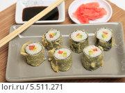 Купить «Японская кухня. Горячие роллы на тарелке, соевый соус, имбирь и палочки», эксклюзивное фото № 5511271, снято 15 января 2014 г. (c) Яна Королёва / Фотобанк Лори
