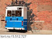Купить «Троллейбус в стене», эксклюзивное фото № 5512727, снято 6 июня 2013 г. (c) Алёшина Оксана / Фотобанк Лори
