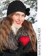 Купить «Красивая женщина в зимнем парке держит в руках красное сердечко», фото № 5514431, снято 19 января 2014 г. (c) Мурина Ольга / Фотобанк Лори