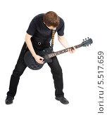 Молодой мужчина играет на электрогитаре на белом фоне. Стоковое фото, фотограф Татьяна Гришина / Фотобанк Лори
