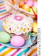 Купить «Пасхальный кулич и крашеные яйца», фото № 5517971, снято 4 мая 2013 г. (c) Елена Поминова / Фотобанк Лори